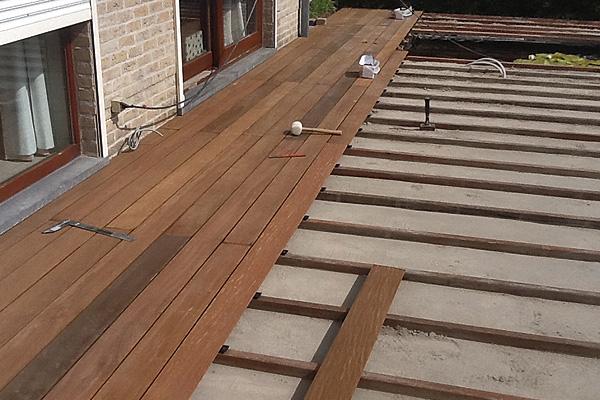 Aanleg houten terras plaatsen van schanskorven steenmuren picture images frompo - Terras hout ...